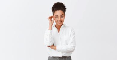 mulher executiva tocando nos óculos fez teste vocacional para decidir a profissão