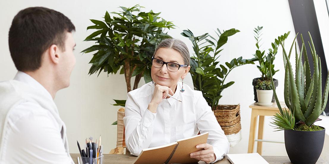 mulher executiva fazendo entrevista com candidato a emprego em processo de recrutamento e seleção de pessoas