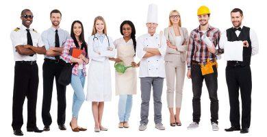 grupo de trabalhadores variados contratados pela terceirização de serviços