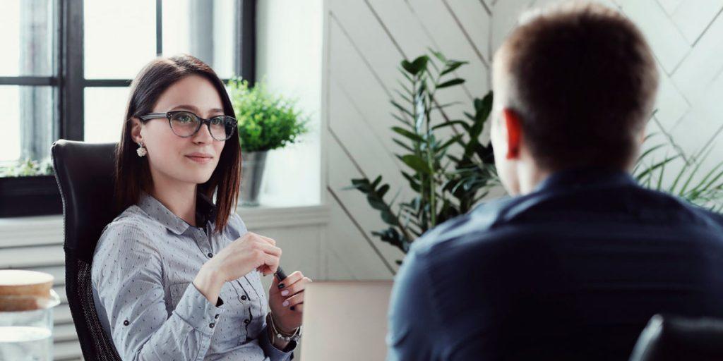 mulher entrevistando candidato para processo de recrutamento e seleção de pessoas