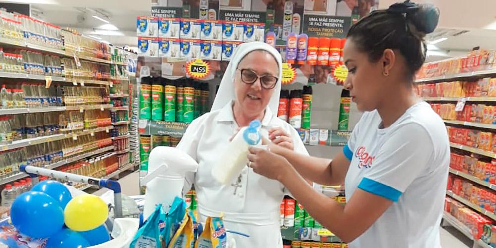promotora de vendas em supermercado fazendo ação promocional de degustação com cliente