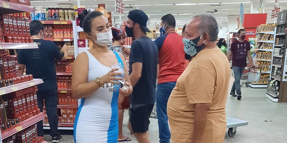 promotora de vendas entregando brinde em ação promocional em supermercado
