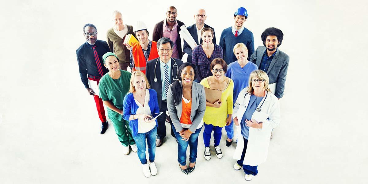 trabalhadores de várias áreas contratados pela terceirização de serviços