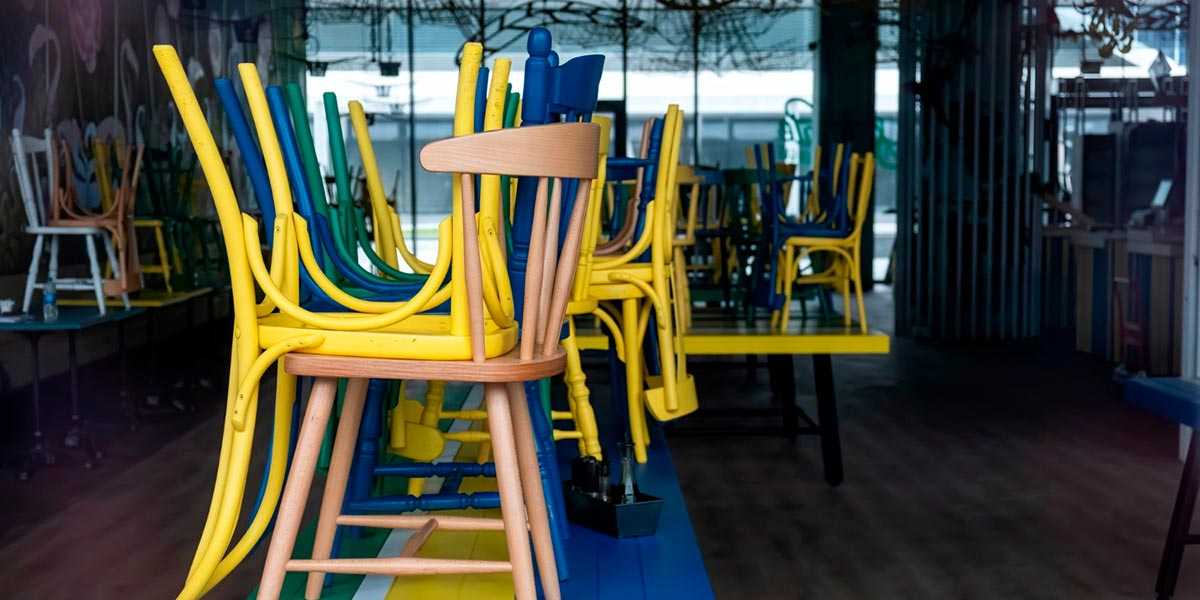 cadeiras empilhadas em cafeteria e lanchonete fechada pela pandemia de covid-19
