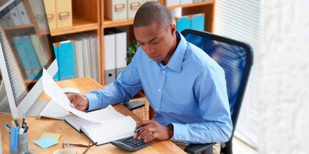 contador usando calculadora está entre quais os serviços podem ser terceirizados