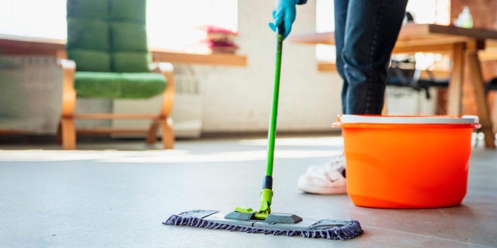 funcionário de serviços gerais limpando o chão está entre quais os serviços podem ser terceirizados