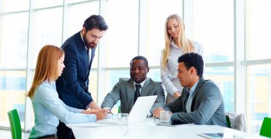 equipe de executivos reunidos em empresa com boa cultura organizacional