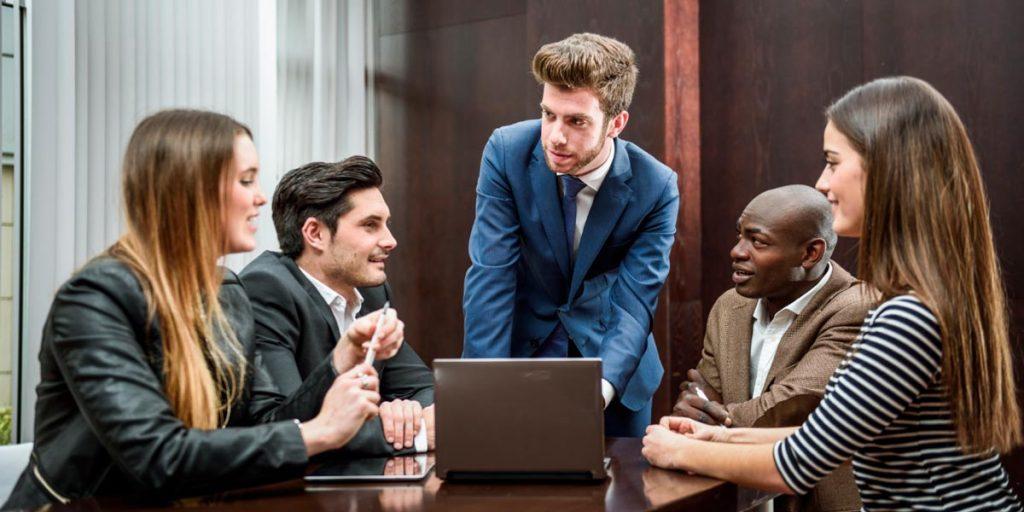gestor liderando equipe em sala de reunião procura evitar erros na gestão de pessoas