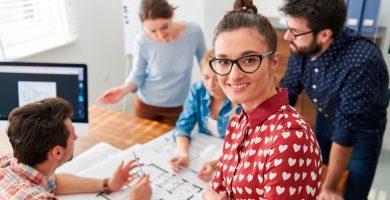 mulher reunida com equipe procura evitar erros na gestão de pessoas