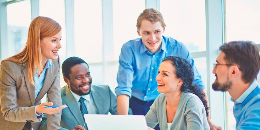 equipe de trabalho reunida satisfeita com política da empresa de como reter talentos