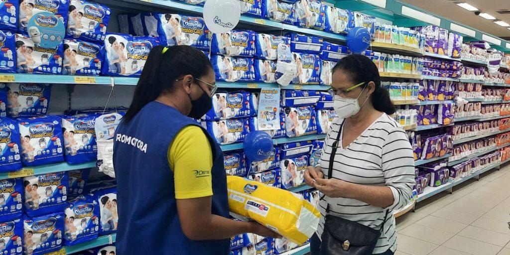 promotora de vendas explicando sobre produto para cliente em loja