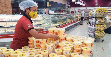promotora de vendas organizando estoque do produto em supermercado