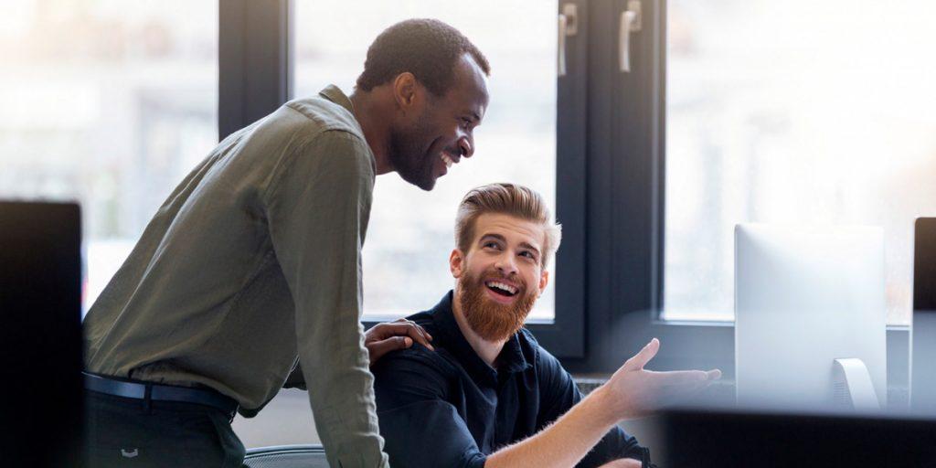 Gestor e colaborador conversando em empresa com cultura de feedback