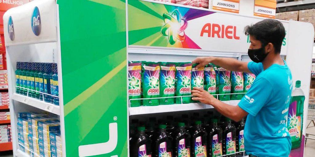 promotor de vendas arrumando prateleira da Ariel  em ação promocional da P&G e Plenu RH