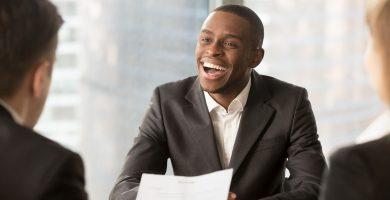 gestor de empresa de recrutamento e seleção fazendo entrevista com candidato